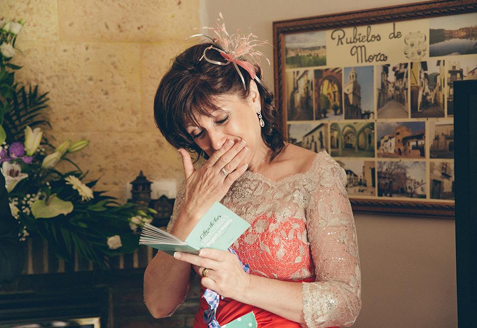 emocionada leyendo mensaje