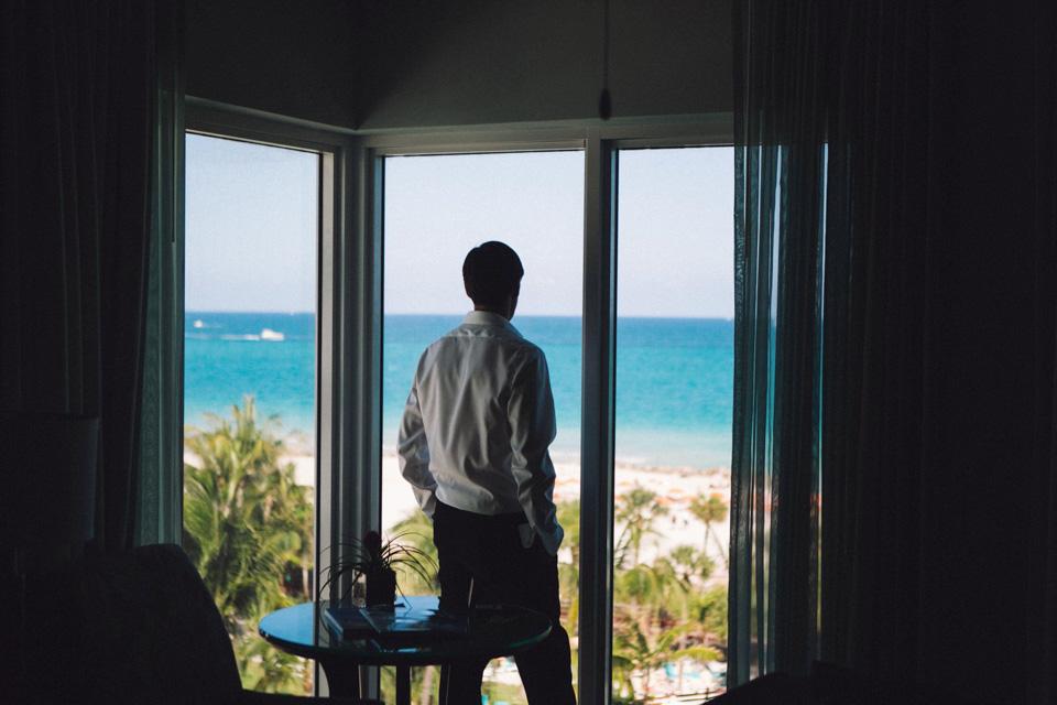 02 novio fandi mirando al mar
