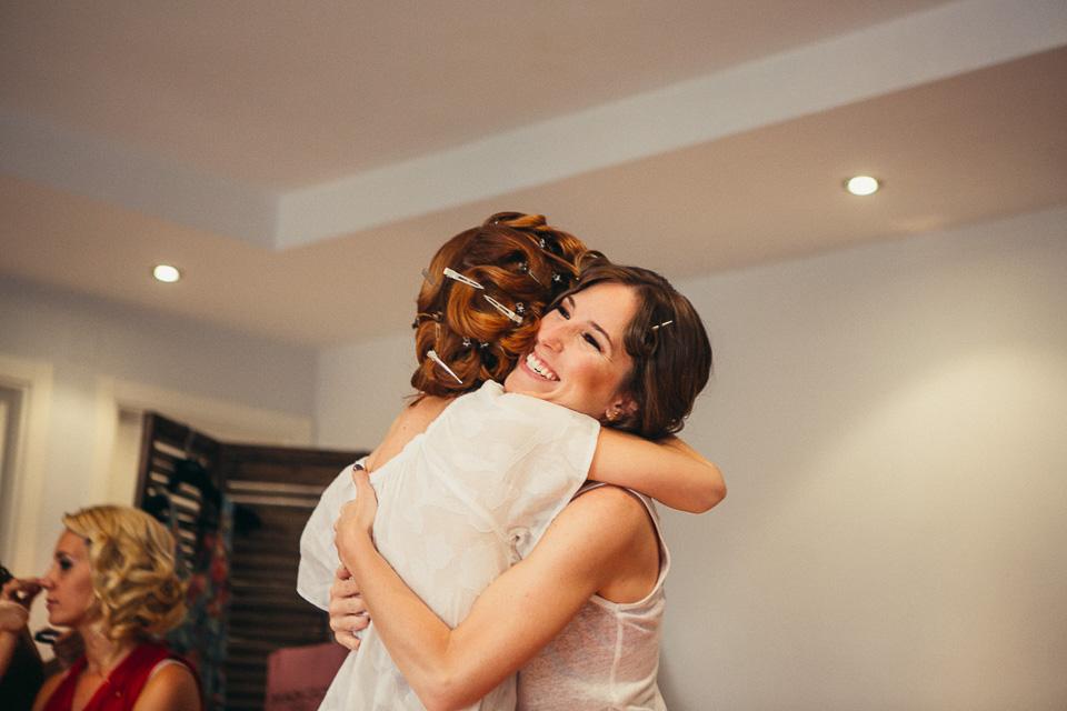 04 abrazo de hermanas mellizas