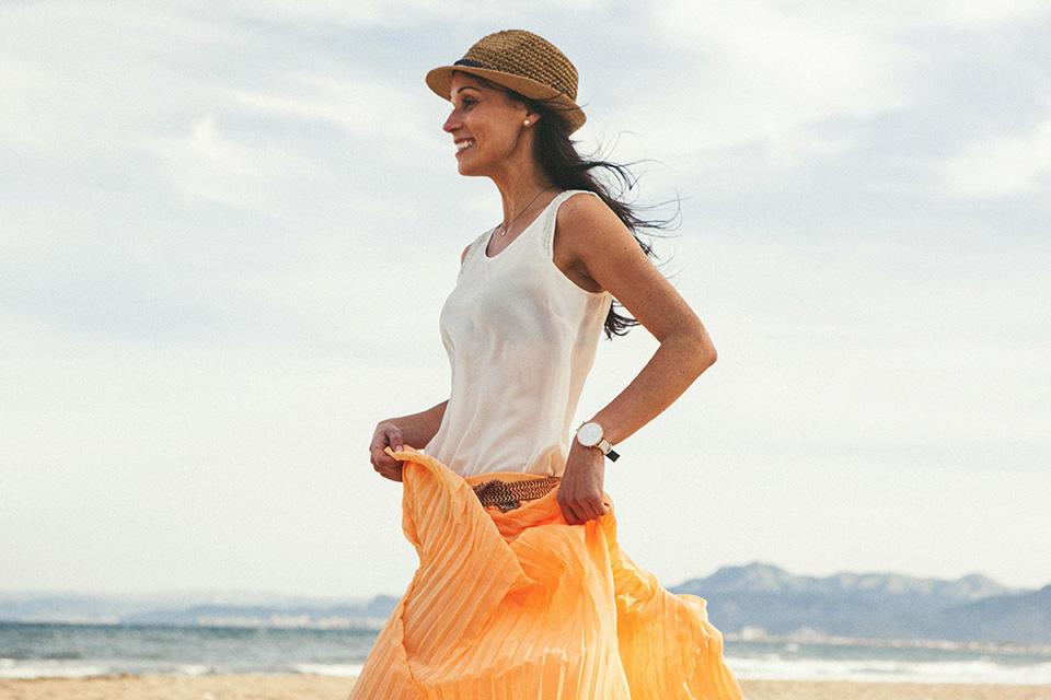 04 novia corriendo en la playa