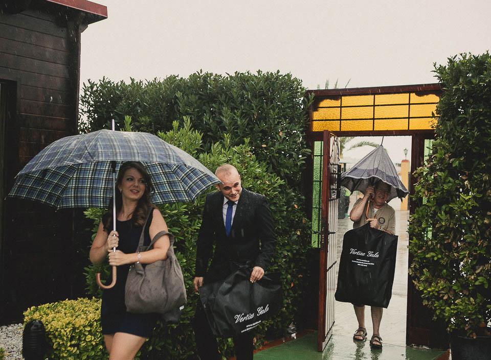 ¿Y si llueve? divertidas imágenes de lluvia en la boda