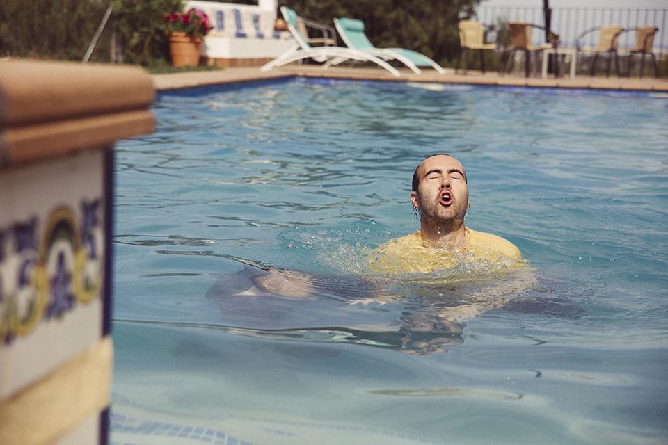 05 novio en su piscina boda fandi