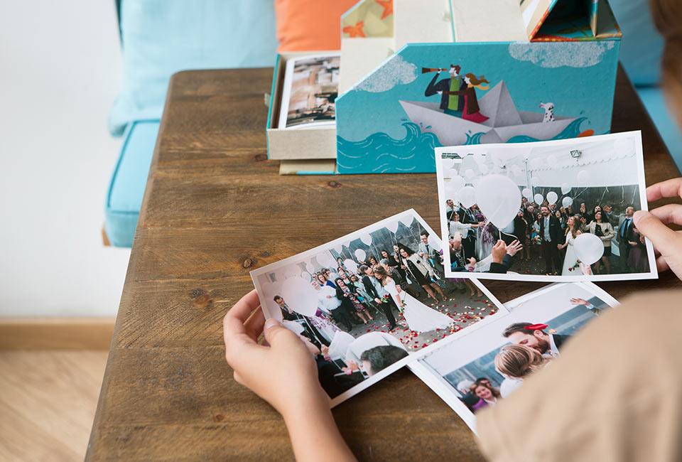 Fotos de la boda en una caja ilustrada