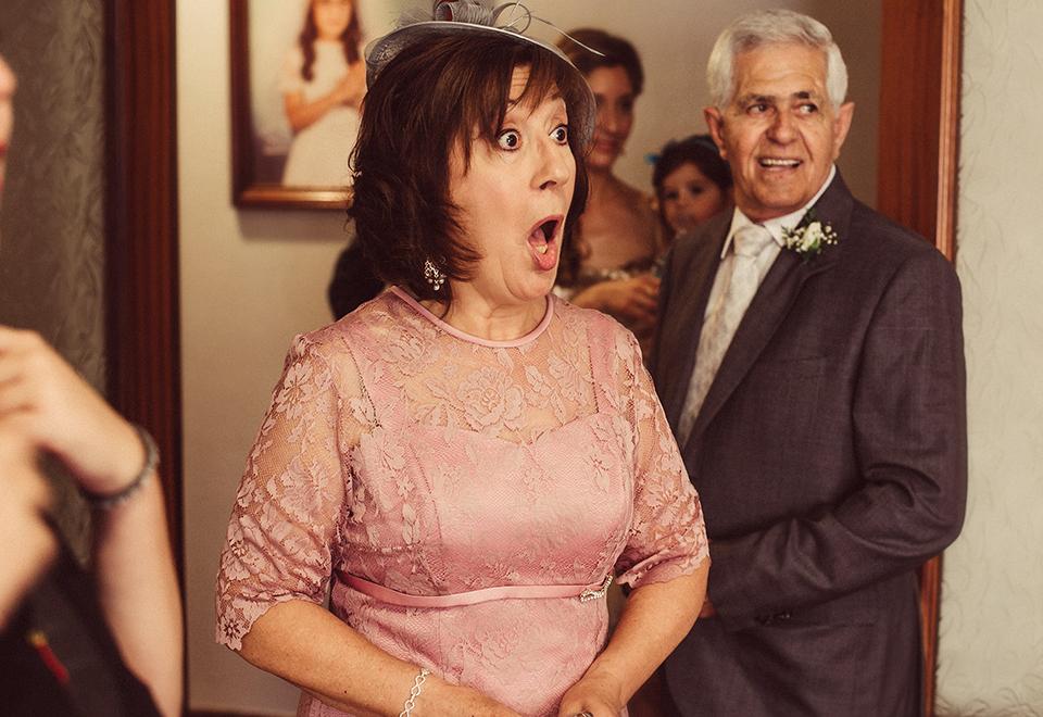 madre sorprendida novia