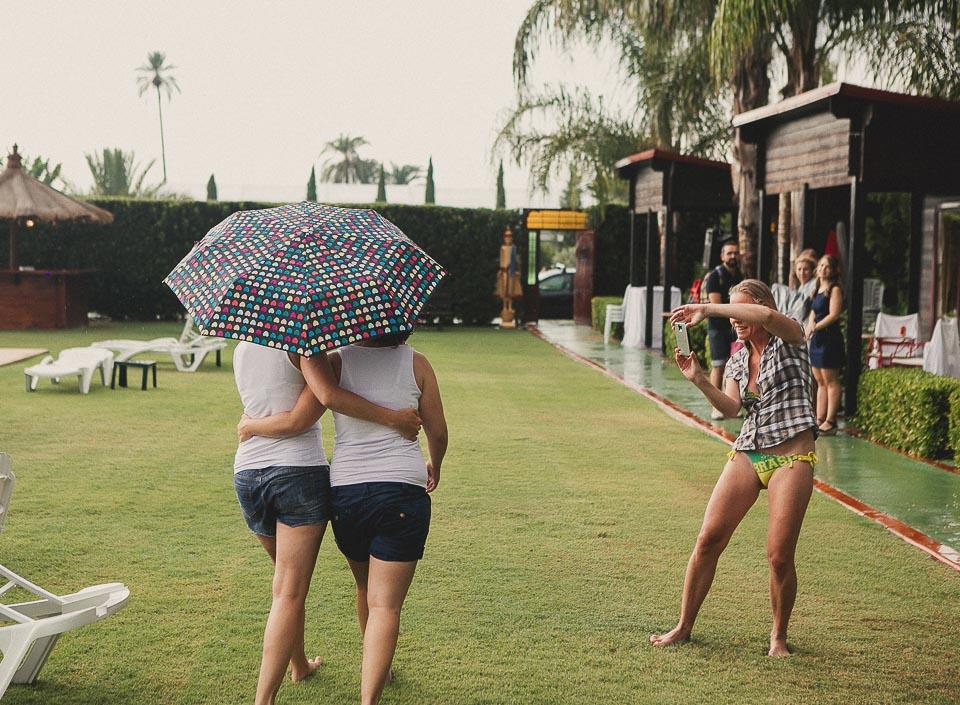 09 paseo bajo la lluvia boda