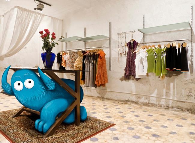 Personaje escondido en una tienda de ropa