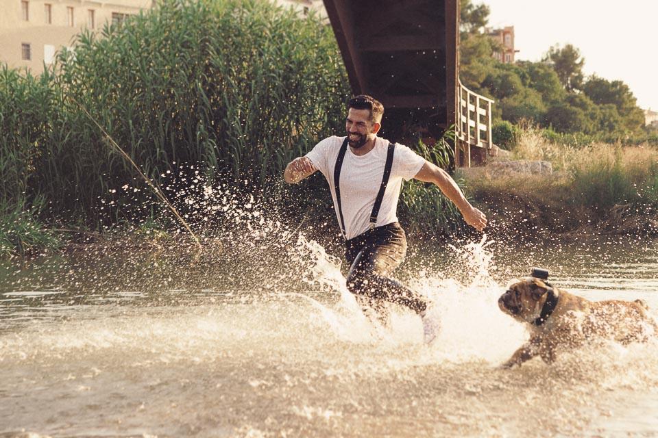 11 novio con su mascota corriendo por el rio