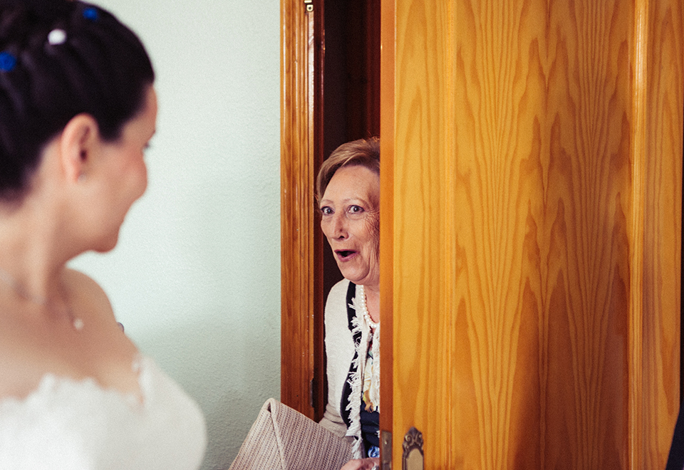 tia sorprendida al ver a la novia