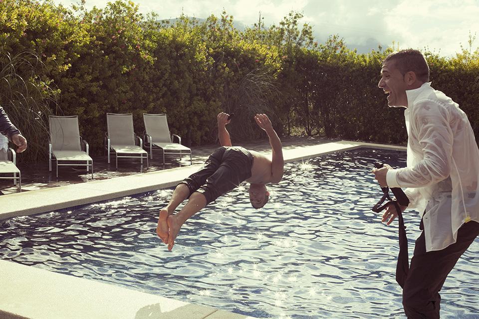 12 foto salto invitados de boda a piscina