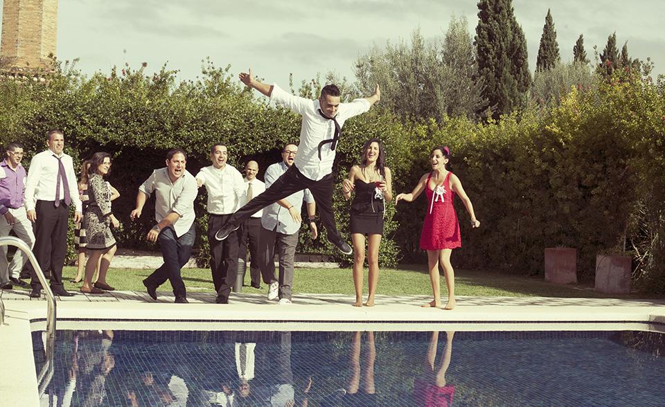 13 foto salto de novioa a la piscina