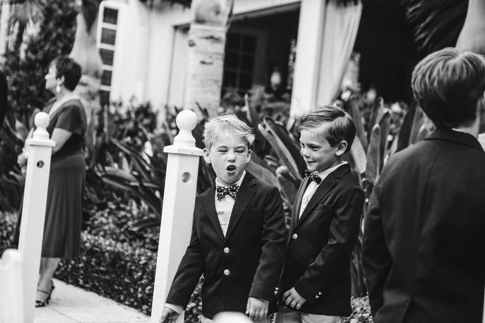 18 niños jugando en la boda