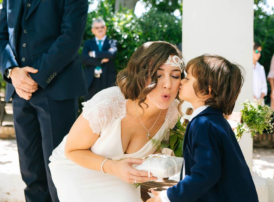 19 niño que entrega anillos de boda a la novia