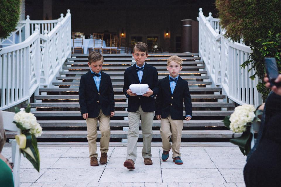20 niños con anillos caminando hasta los novios