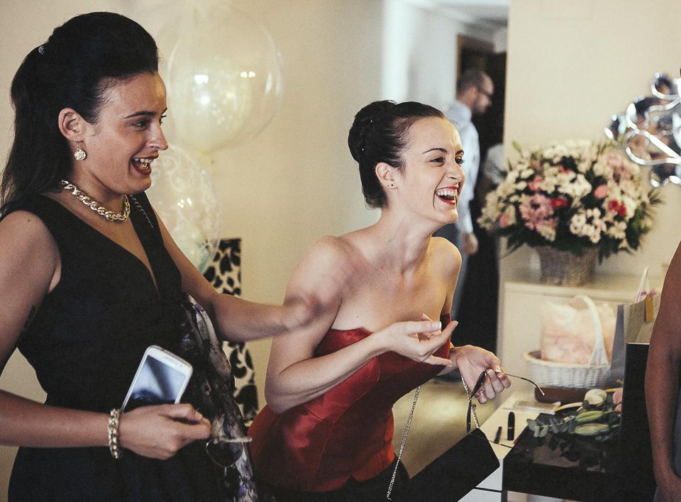 12 primas de novia riendo