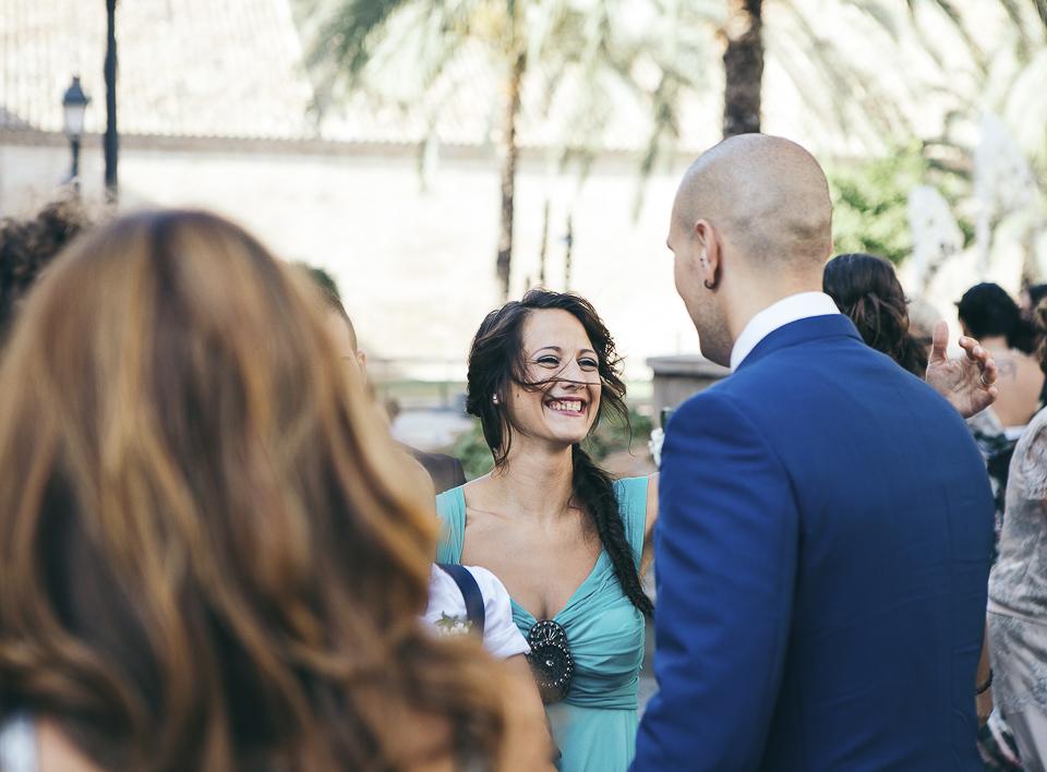15 invitada feliz en boda religiosa