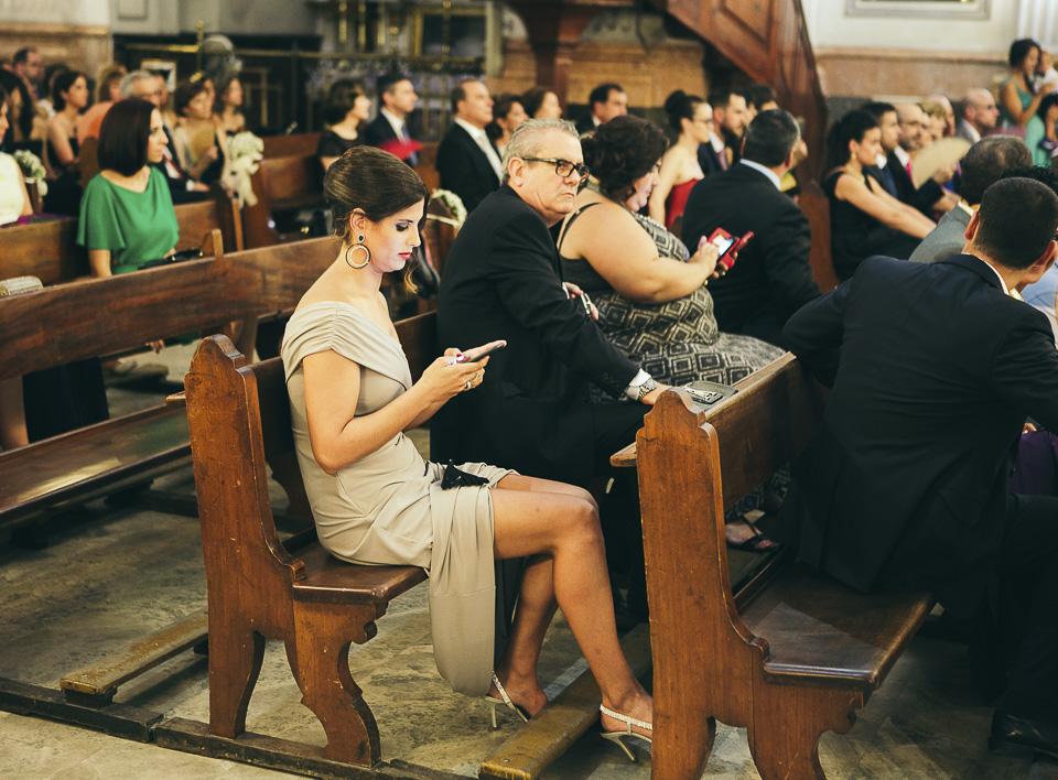 20 invitada mirando el movil en misa