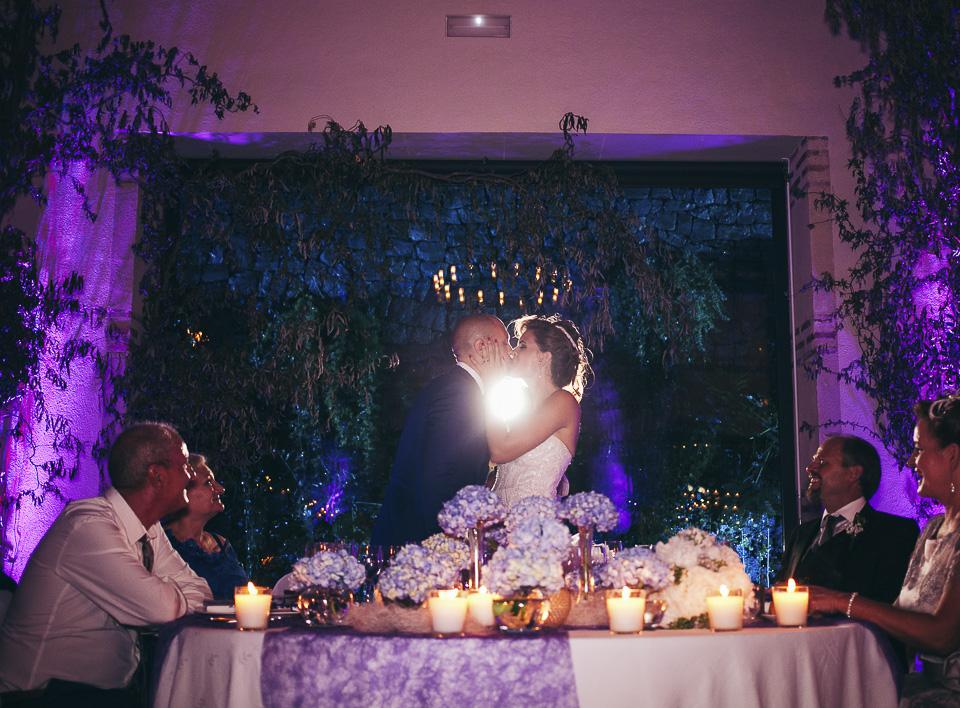 42 beso de pareja en banquete