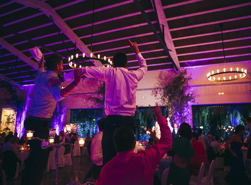 45 invitados bailando