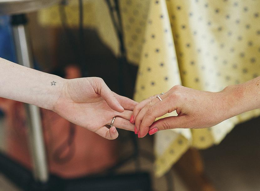 06 manos de amiga y novia