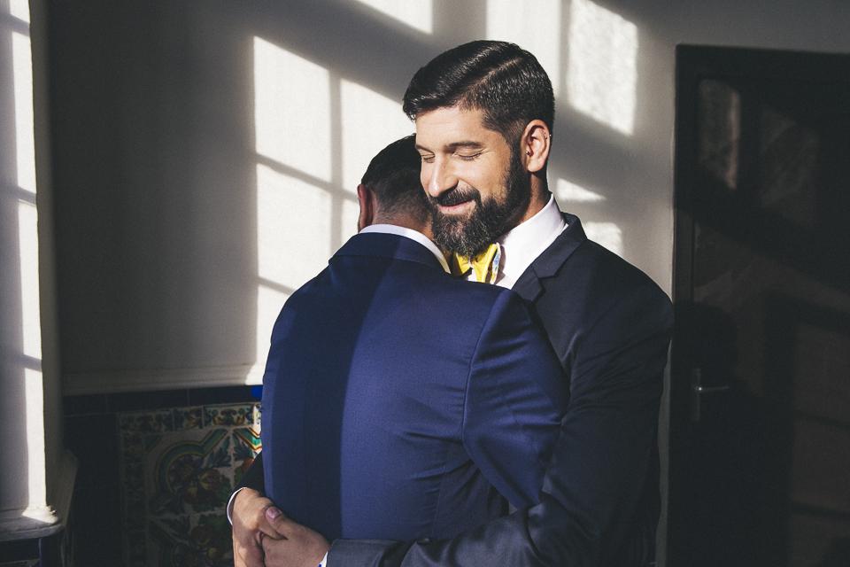12 abrazo de pareja en boda