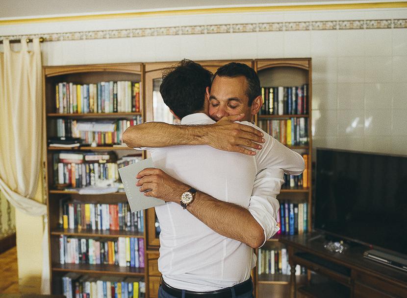 14 abrazo de novio a amigo