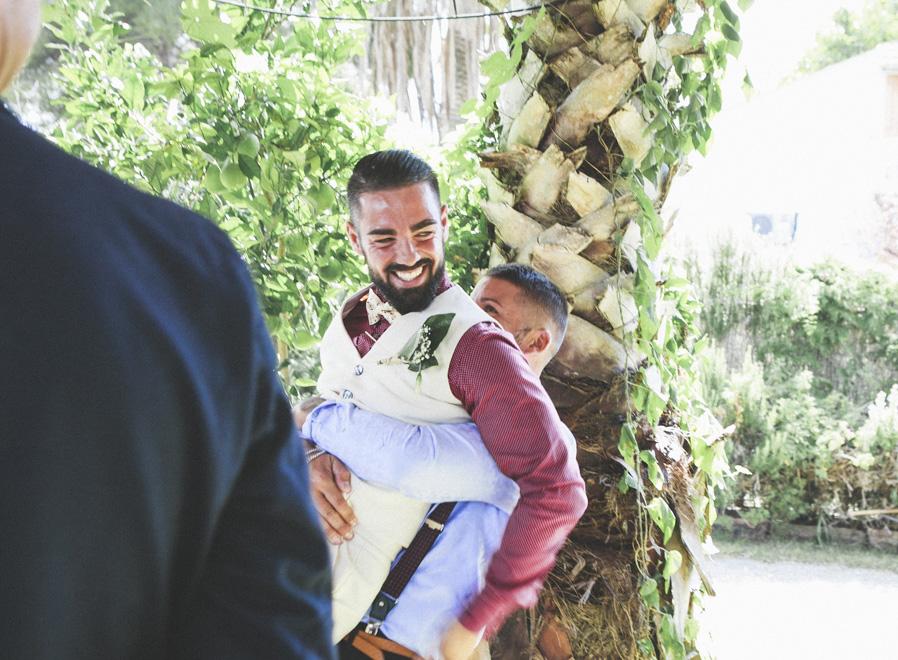 29 amigos novio abrazo risas