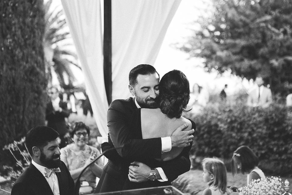 35 abrazo de hermanos en boda