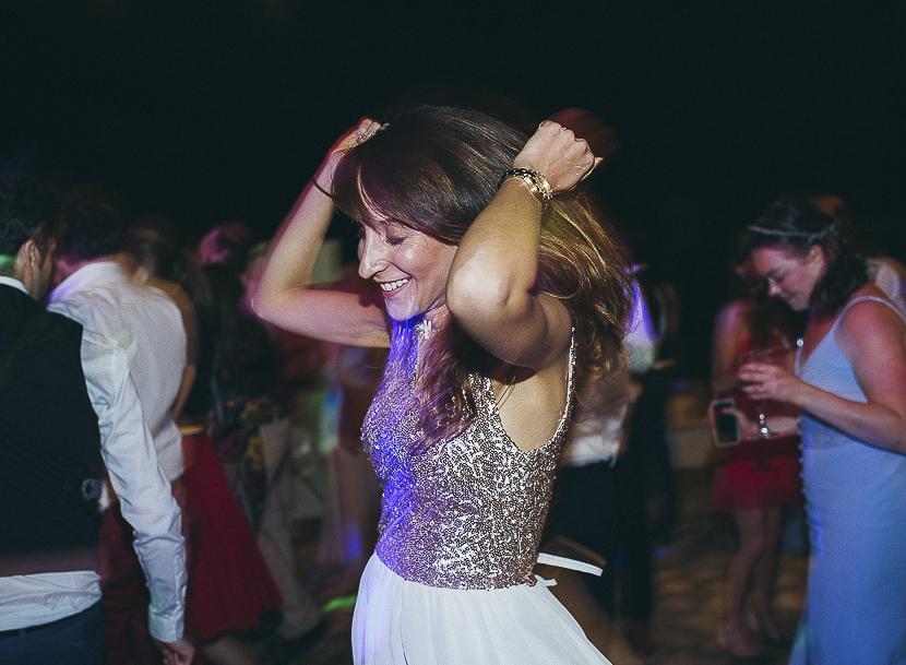 52 invitada a boda bailando