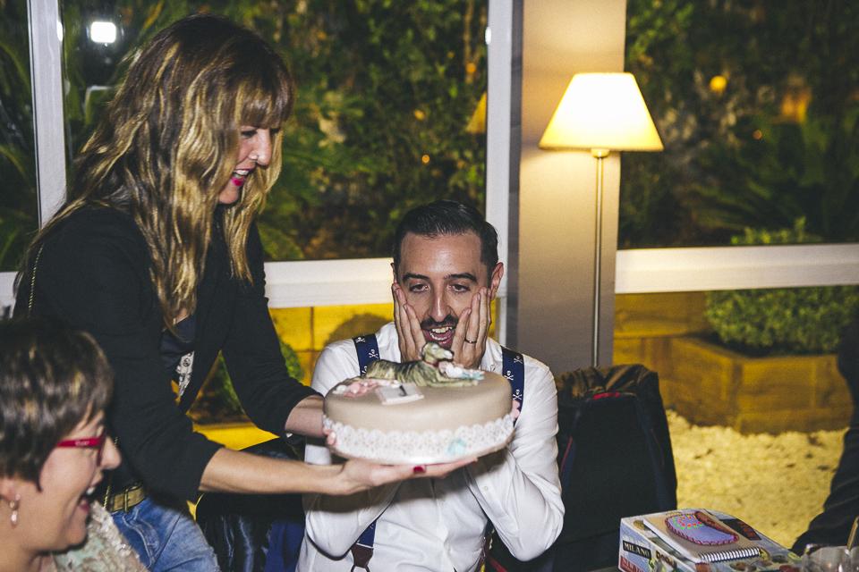 57 novio emicionado con tarta