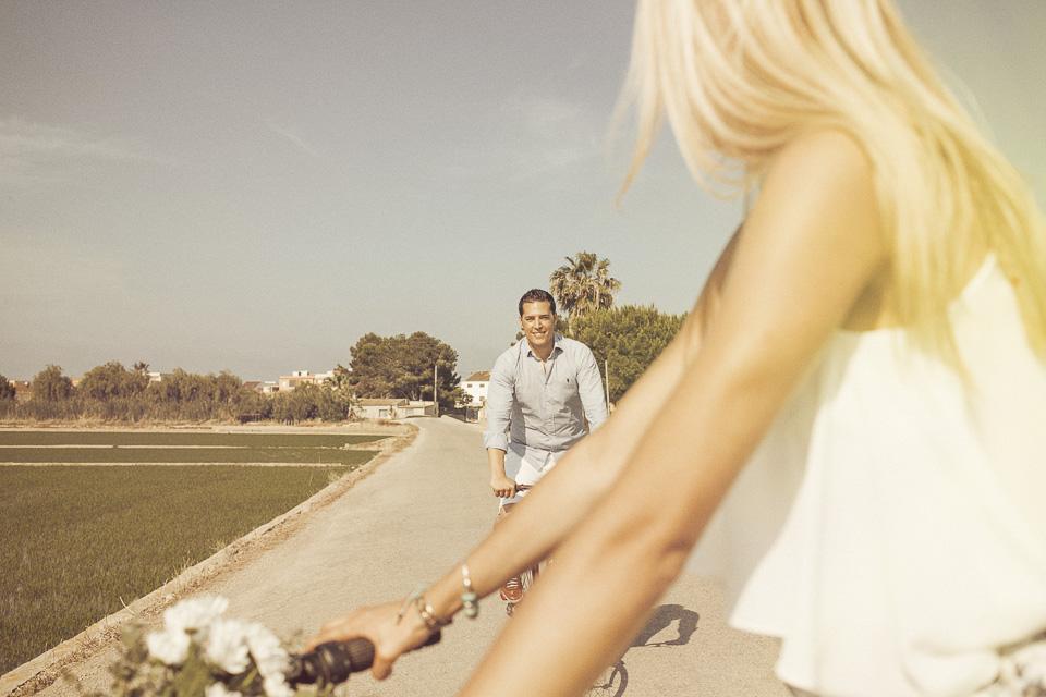 paseo preboda entre arrozales con pareja en bici