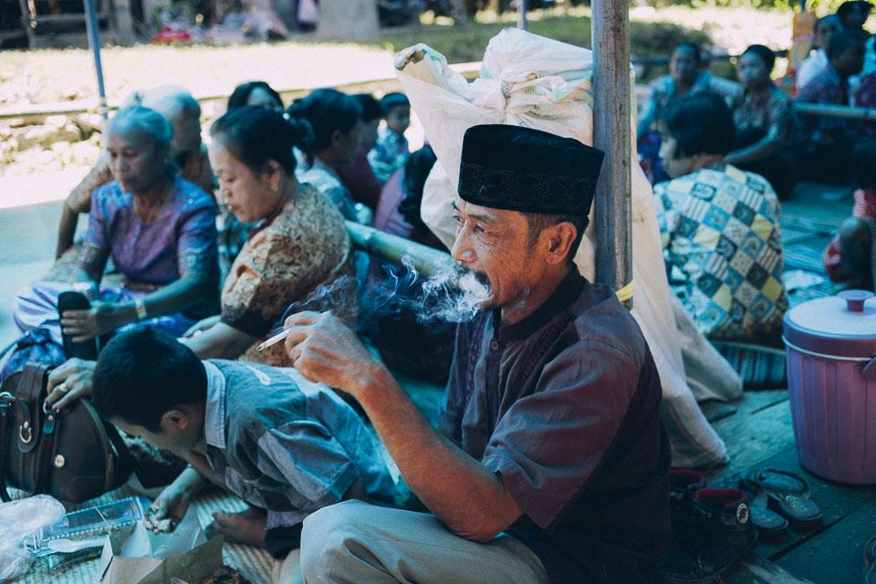 15 invitados fumando en boda toraja
