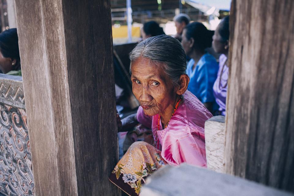 16 señora invitada a boda Indonesia