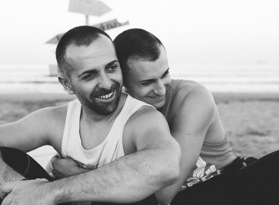 17 abrazo de pareja en playa