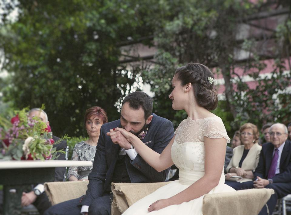 novio besando la mono de su mujer