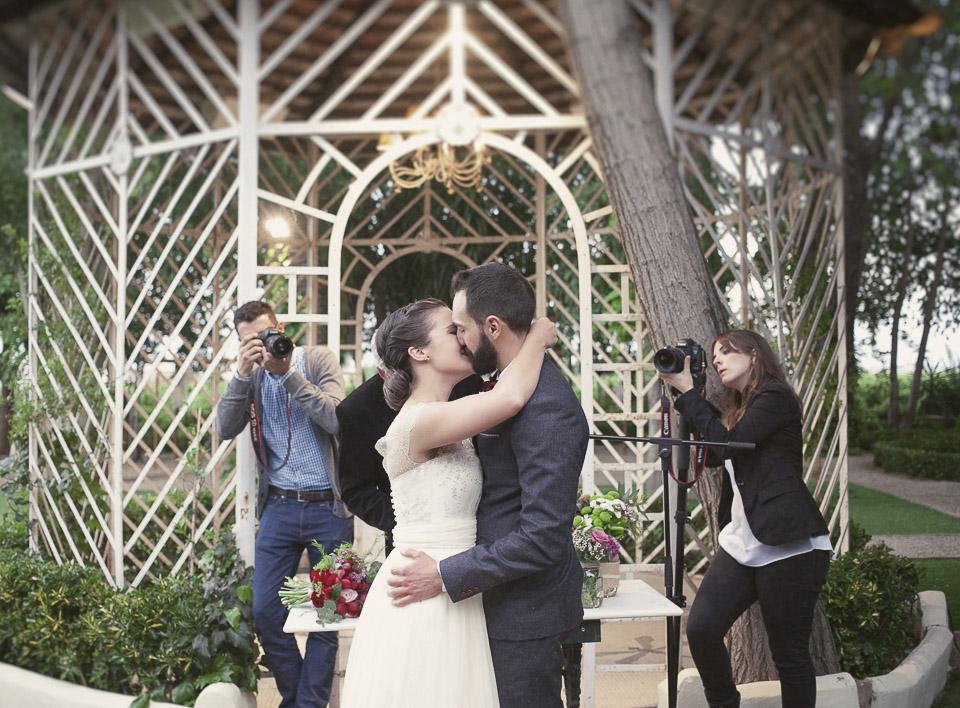 beso de boda en Villa Delia