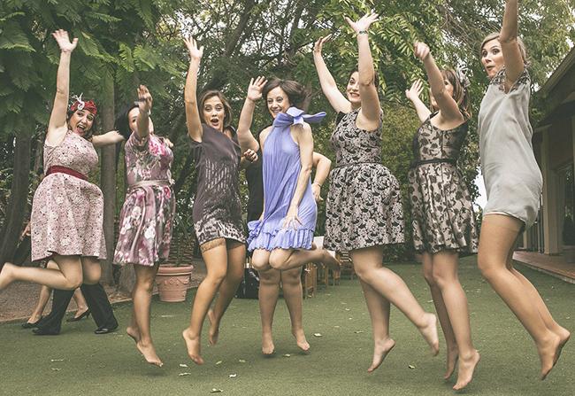 51-invitadas-de-boda-saltando