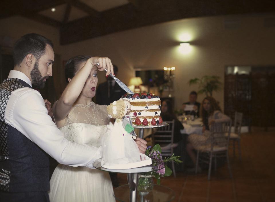 corete de tarta en el salón de Villa Delia