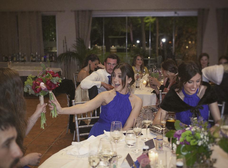 amigas felices con ramo de novia