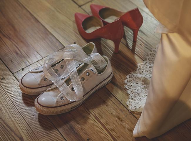 converse y zapatos rosas