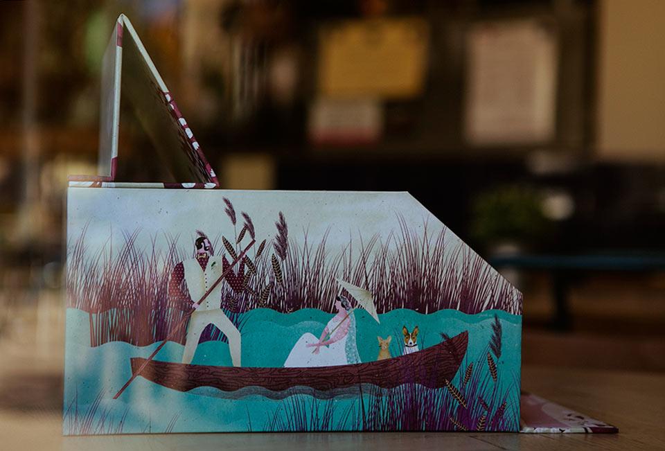 detalles-de-novios-en-barca-con-sus-mascotas-en-la-caja-de-boda