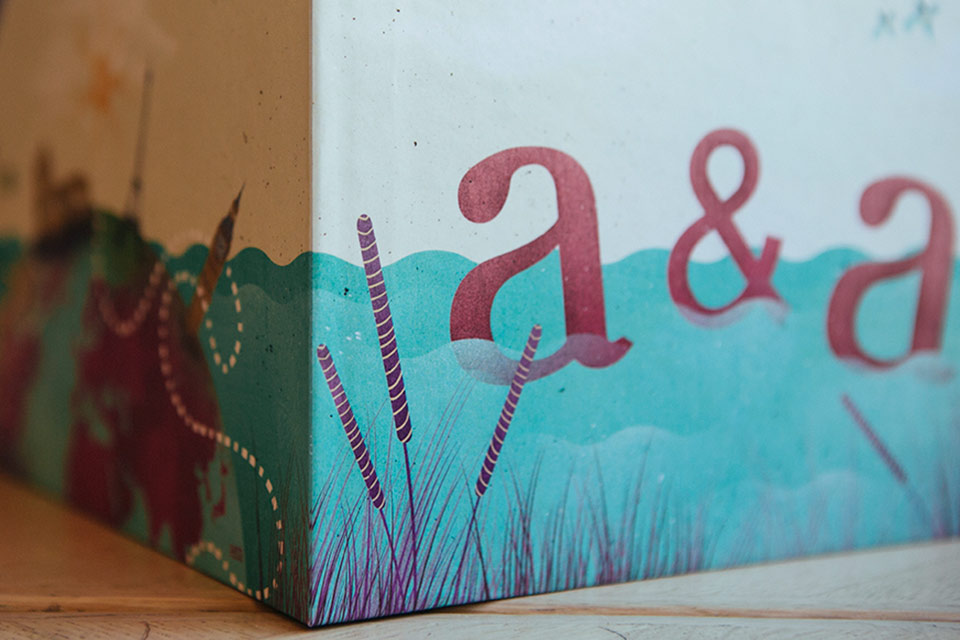 ilustración-de-novios-en-caja-de-boda-con-iniciales