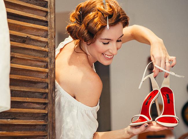 novia orgullosa de sus zapatos