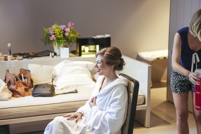Claudia relajándose en el hotel momentos previos a la boda. Claudia & Alfredo. Foto de: @fandi_es