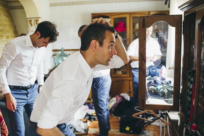 Novio arreglándose en la misma casa que la novia, momentos previos a la boda. Sarah&Ben. By: @fandi_es