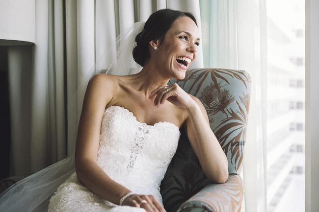 novia en el hotel momentos previos a su boda. Carolina & Álvaro. Foto de: @fandi_es