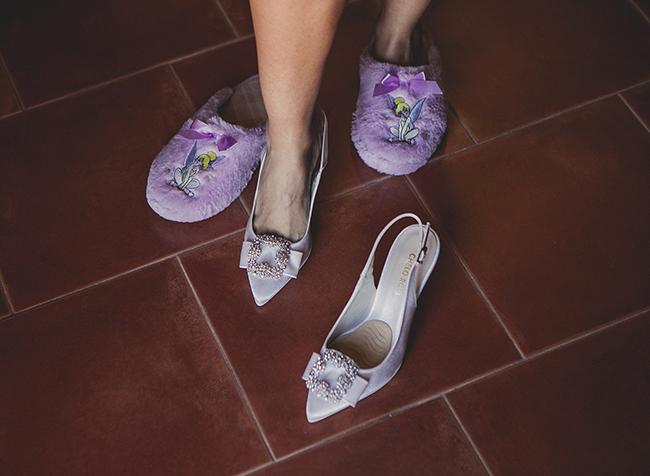 zapatillas de estar por casa y zapatos de novia