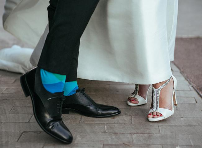 zapato de novio y novia con calcetines azules