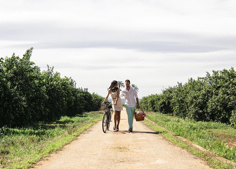 pareja paseando en el campo