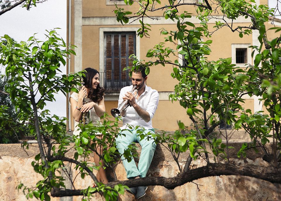 pareja tocando instrumentos musicales