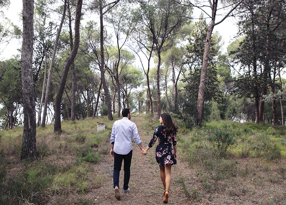 pareja paseando por el bosque